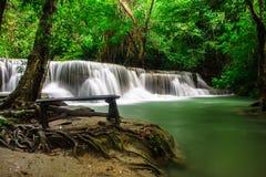 Huay Mae Khamin, paradisvattenfall som lokaliseras i djup skog av Thailand Royaltyfria Foton