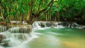 Huay Mae Khamin, paradisvattenfall som lokaliseras i djup skog av Thailand Arkivfoton