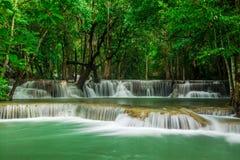 Huay Mae Khamin, paradisvattenfall som lokaliseras i djup skog av Thailand Royaltyfri Fotografi