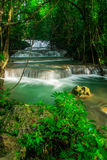 Huay Mae Khamin, paradisvattenfall som lokaliseras i djup skog av Thailand Arkivbilder