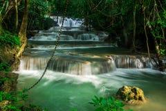 Huay Mae Khamin, paradisvattenfall som lokaliseras i djup skog av Thailand Fotografering för Bildbyråer