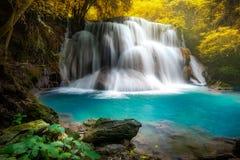 Huay mae khamin siklawa, ten kaskada jest szmaragdową popularna i zielenią fotografia stock