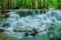 Huay Mae Khamin - vattenfall. Arkivfoton
