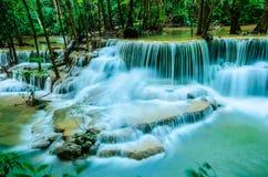 Huay Mae Khamin - vattenfall, flödande vatten, paradis i Thailand Arkivfoton