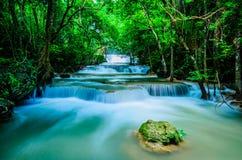 Huay Mae Khamin - vattenfall, flödande vatten, paradis i Thailand Royaltyfria Foton