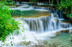 Huay Mae Khamin - vattenfall, flödande vatten, paradis i Thailand Fotografering för Bildbyråer