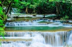 Huay Mae Khamin - vattenfall, flödande vatten, paradis i Thailand Royaltyfri Fotografi