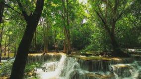 Huay Mae Khamin Waterfall flui da floresta verde natural na estação das chuvas vídeos de arquivo