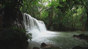 Huay Mae Khamin Waterfall flui da floresta verde natural na estação das chuvas video estoque