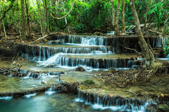 Huay Mae Khamin Waterfalls bij het Nationale Park van Sri Nakarin, Kanchan Royalty-vrije Stock Foto's
