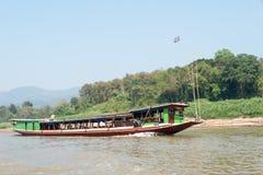 Huay Xai,老挝- 2015年3月03日:在湄公河Riv的缓慢的小船巡航 免版税库存照片