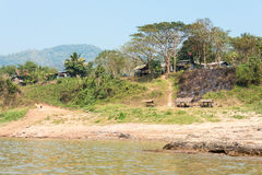 Huay Xai,老挝- 2015年3月03日:在湄公河Riv的缓慢的小船巡航 库存照片