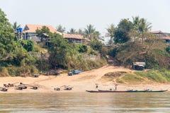 Huay Xai, Лаос - 3-ье марта 2015: Медленный круиз шлюпки на Меконге Riv Стоковые Изображения