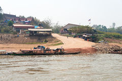 Huay Xai, Laos - breng 03 2015 in de war: Langzame bootcruise op Mekong Riv Stock Afbeelding