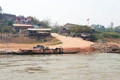 Huay Xai, Laos - Mars 03 2015: Långsam fartygkryssning på Mekongen Riv Fotografering för Bildbyråer