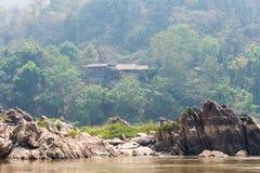 Huay Xai, Laos - Mars 03 2015: Långsam fartygkryssning på Mekongen Riv Arkivbilder