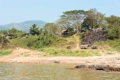 Huay Xai, Laos - Mars 03 2015: Långsam fartygkryssning på Mekongen Riv Arkivfoto