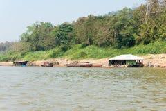 Huay Xai, Laos - Mars 03 2015: Långsam fartygkryssning på Mekongen Riv Royaltyfri Fotografi