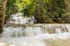Huaymaekamin vattenfall, Thailand Royaltyfri Bild