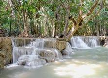Huaymaekamin vattenfallnationalpark, Kanchanaburi, Thailand Arkivfoton