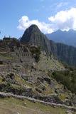 Huayna Picchu som beskådas från smula, fördärvar av Machu Picchu arkivbild