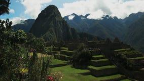 Huaynapicchu en het centrale plein bij de verloren incan stad van Peru van machupicchu stock videobeelden