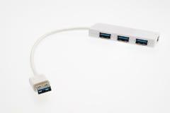 Hub et câbles blancs d'USB sur un fond blanc Images libres de droits