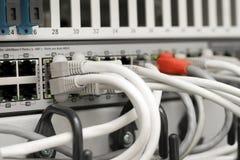 Hub et câbles de réseau connectés aux serveurs Images libres de droits