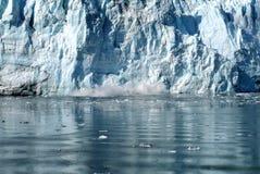 Hubbard tidvattenglaciär som kalvar, Alaska Royaltyfri Bild