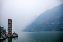 Hubei Badong el río Yangzi Wu Gap encadena la piedra de la pista del río de Zi Imágenes de archivo libres de regalías