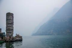 Hubei Badong el río Yangzi Wu Gap encadena la piedra de la pista del río de Zi Imagen de archivo
