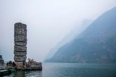 Hubei Badong el río Yangzi Wu Gap encadena la piedra de la pista del río de Zi Fotos de archivo libres de regalías