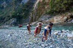 Hubei Badong lungo l'inseguitore della città del fiume Fotografie Stock