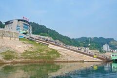 Hubei, China - Mai 2019: Touristen, die vom Kreuzschiff an Maoping-Hafen in Hubei, China ausschiffen stockfotografie