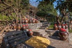 Hubei Yiling le fleuve Yangtze Three Gorges Dengying Xia dans l'atelier de vin de cottage de Wang de Ba de ` de personnes de Thre Photos libres de droits
