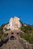 Hubei Yiling Yangtze River Three Gorges Dengying Gap i den första kallade kinesiska guden vaggar - stena tecknet Royaltyfria Bilder