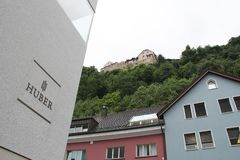 Huber Swiss Watch Store och slotten i Vaduz royaltyfri bild