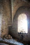 Hublot arqué à l'intérieur d'un château Photographie stock libre de droits