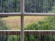 Hublot avec des baisses de pluie Image libre de droits