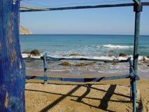 Hublot bleu vers la mer bleue image stock