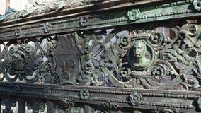 Hublot décoratif d'un appartement historique La vieille ville Les décorations de la porte de la chapelle de Colleoni banque de vidéos