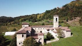 Hublot décoratif d'un appartement historique La vue aérienne de l'ancien monastère d'Astino, préparent pour le sommet internation banque de vidéos