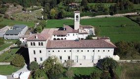 Hublot décoratif d'un appartement historique La vue aérienne de l'ancien monastère d'Astino, préparent pour le sommet internation clips vidéos