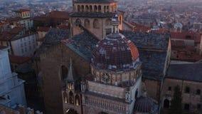 Hublot décoratif d'un appartement historique Vue aérienne de la basilique de Santa Maria Maggiore et de la chapelle Colleoni pend banque de vidéos