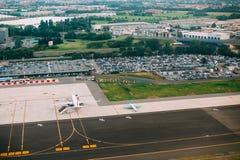 Hublot décoratif d'un appartement historique Vue aérienne de piste d'Orio Al Serio International Airport Image libre de droits