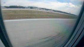 Hublot d'avion et l'atterrissage vu de lui banque de vidéos