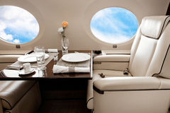 Hublot d'avions (jet) avec la vue de nuages Photographie stock libre de droits