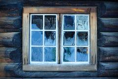 Hublot d'une hutte norvégienne traditionnelle Images stock