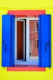 Hublot d'une maison de Burano Photographie stock libre de droits