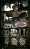 Hublot dans l'hôtel abandonné. Côte de Bokor. Le Cambodge. Photo stock